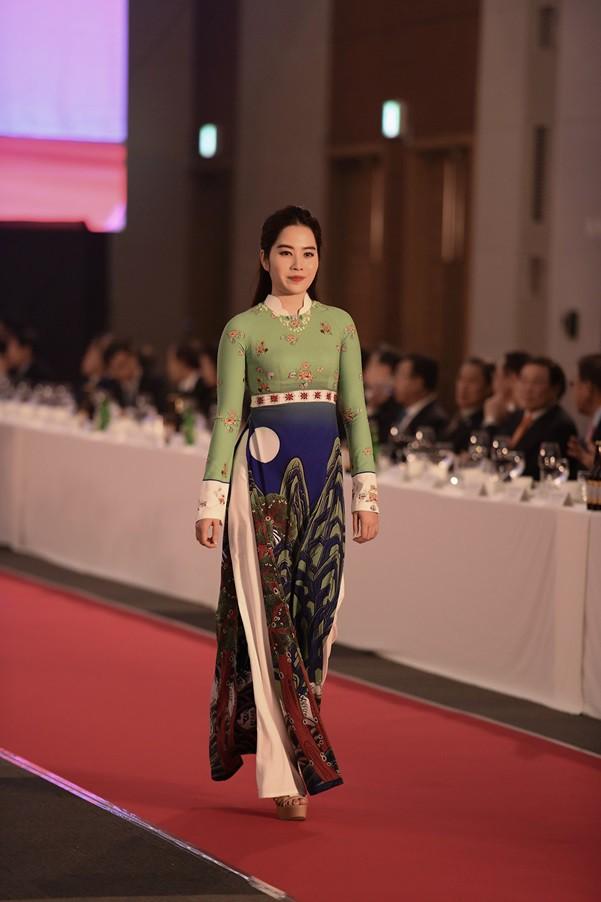 Huyền My, Phương Oanh trình diễn áo dài tại Hàn Quốc - Ảnh 6.