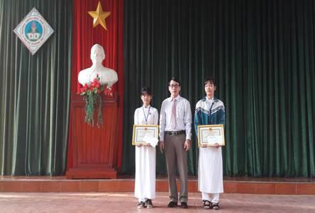 Khen thưởng 4 học sinh nhặt được của rơi trả lại cho người mất - Ảnh 1.