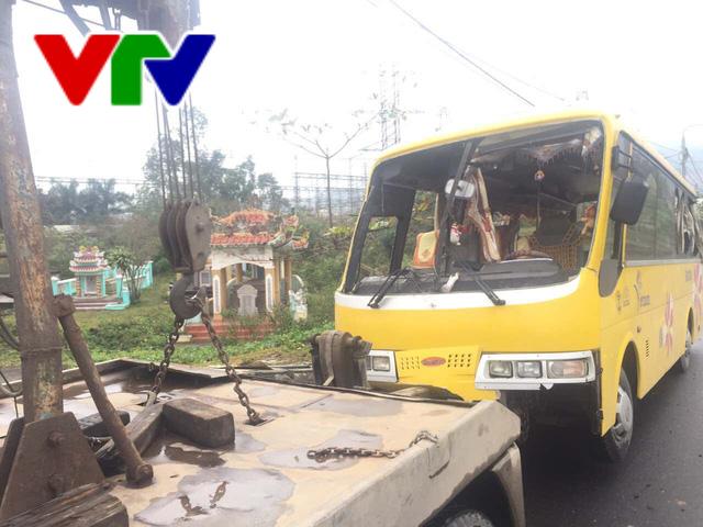 Đà Nẵng: Lật xe khách, 2 người chết và 11 người bị thương - Ảnh 1.