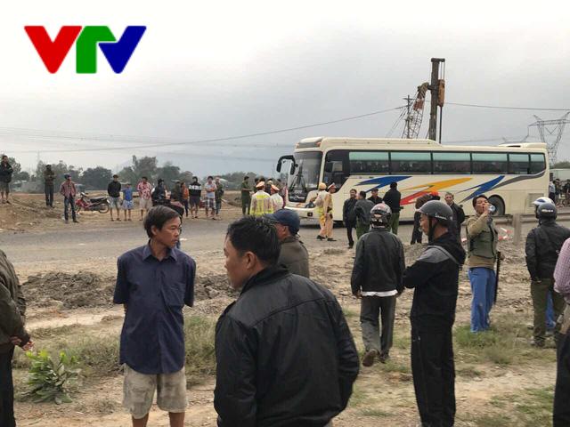 Đà Nẵng: Lật xe khách, 2 người chết và 11 người bị thương - Ảnh 4.