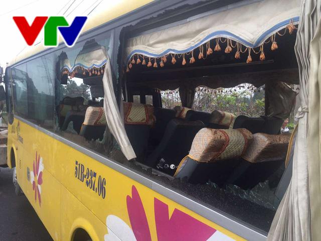 Đà Nẵng: Lật xe khách, 2 người chết và 11 người bị thương - Ảnh 2.