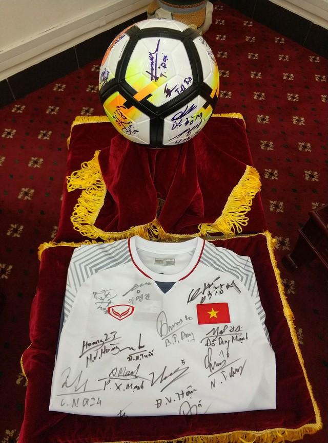 Quả bóng và chiếc áo ĐT U23 Việt Nam tặng Thủ tướng được trả giá 20 tỷ đồng - Ảnh 1.