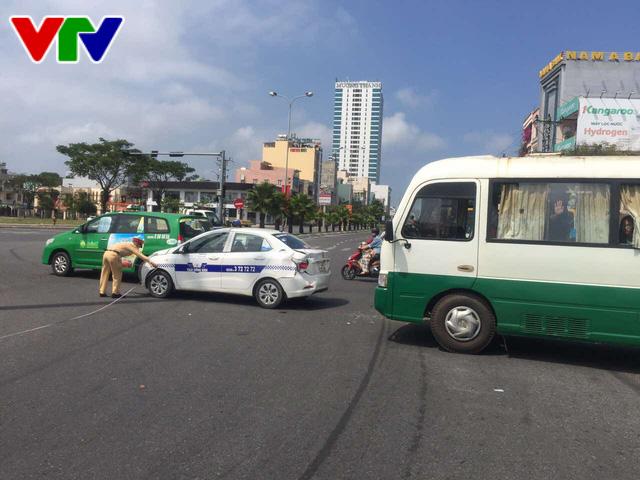 Xe buýt chở 23 học sinh va chạm liên hoàn tại Đà Nẵng - Ảnh 2.