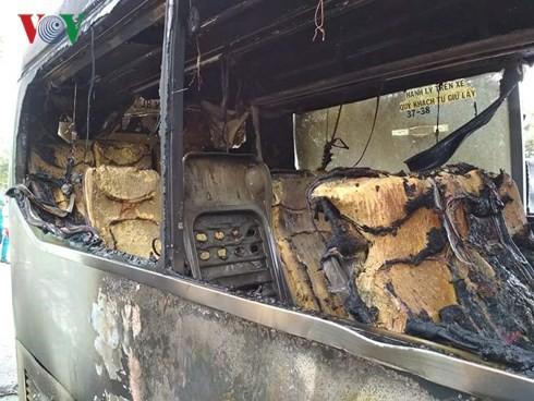 Xe khách bốc cháy dữ dội, hành khách đập cửa thoát thân - Ảnh 1.