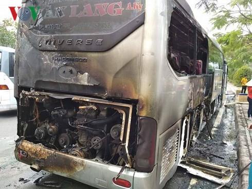 Xe khách bốc cháy dữ dội, hành khách đập cửa thoát thân - Ảnh 2.