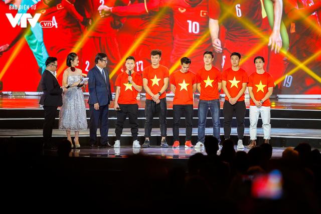 WeChoice Awards 2017: Bố con ông trùm Phan Quân nhận giải Phim truyền hình được yêu thích nhất cho Người phán xử - Ảnh 13.