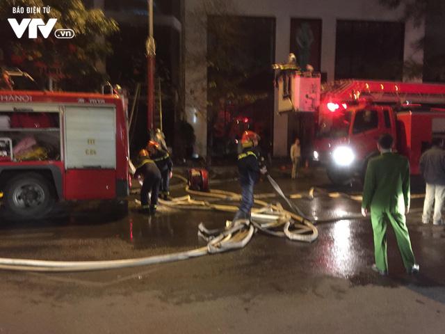 Hà Nội: Cháy lớn trên đường Trần Duy Hưng, chưa xác định thiệt hại - ảnh 4