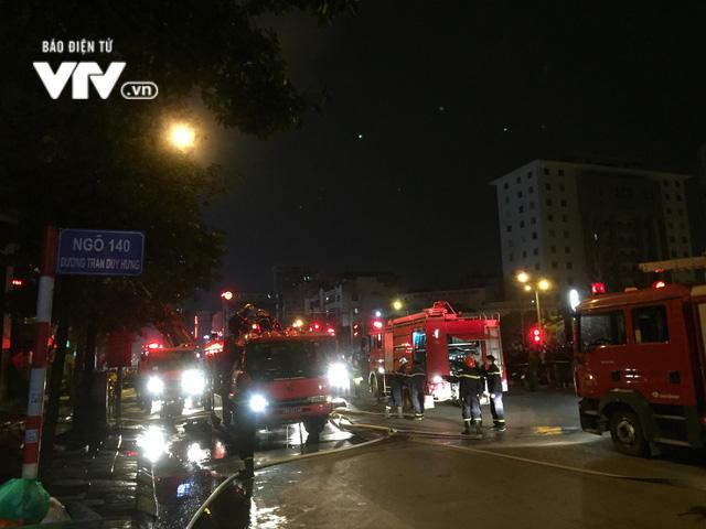 Hà Nội: Cháy lớn trên đường Trần Duy Hưng, chưa xác định thiệt hại - ảnh 2