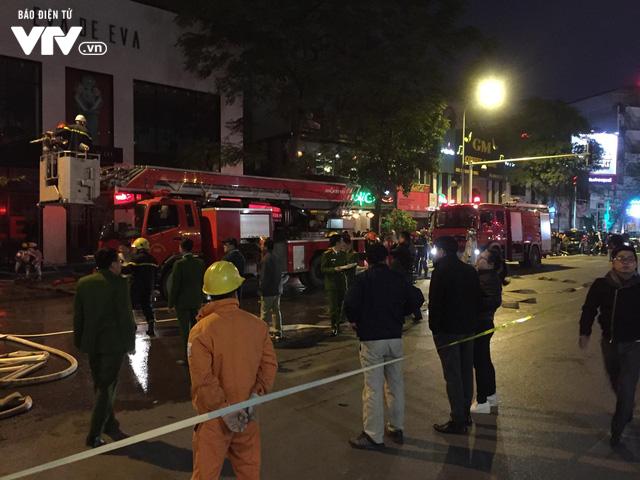 Hà Nội: Cháy lớn trên đường Trần Duy Hưng, chưa xác định thiệt hại - ảnh 1