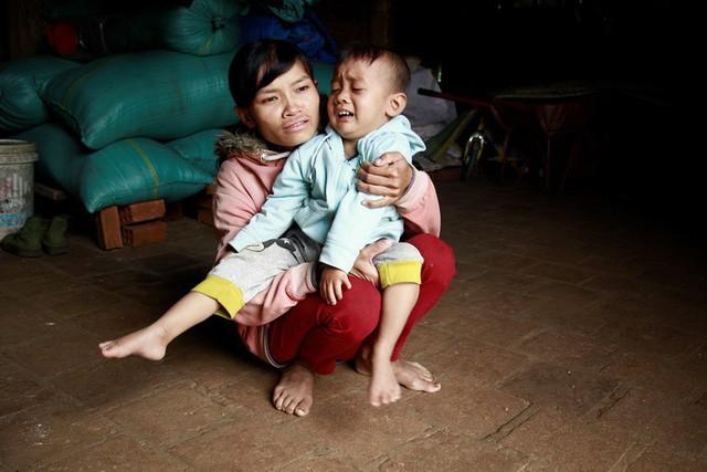 Thương bé gái 4 tuổi không nói, không đi được vì bệnh tật - Ảnh 1.