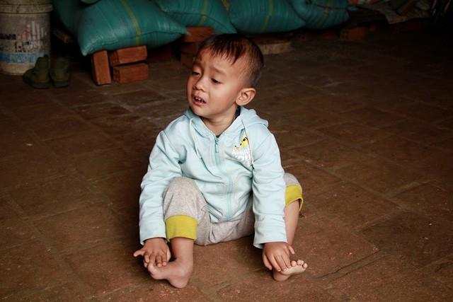 Thương bé gái 4 tuổi không nói, không đi được vì bệnh tật - Ảnh 2.