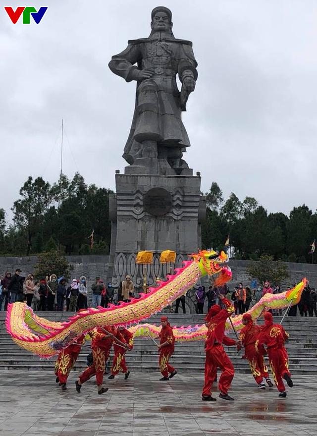Kỷ niệm 229 năm Nguyễn Huệ lên ngôi Hoàng đế tại núi Bân, Thừa Thiên Huế - Ảnh 1.
