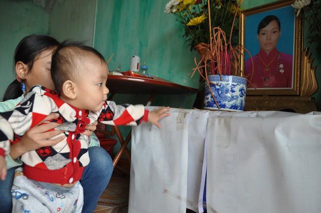 Mẹ chết, bố bỏ đi, bé 8 tháng tuổi ngằn ngặt khóc vì khát sữa - Ảnh 1.