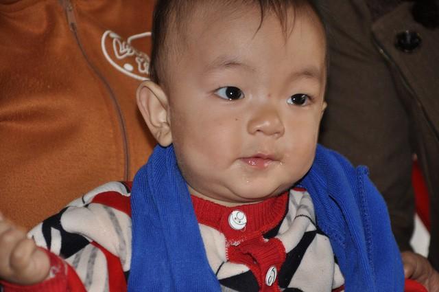 Mẹ chết, bố bỏ đi, bé 8 tháng tuổi ngằn ngặt khóc vì khát sữa - Ảnh 2.