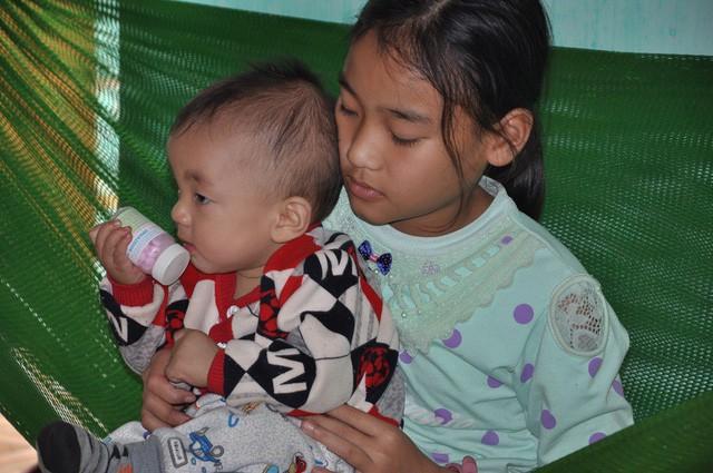 Mẹ chết, bố bỏ đi, bé 8 tháng tuổi ngằn ngặt khóc vì khát sữa - Ảnh 4.
