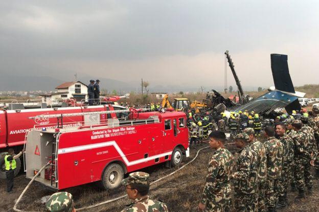 Hiện trường vụ máy bay rơi làm ít nhất 50 người đã thiệt mạng ở Nepal - Ảnh 7.
