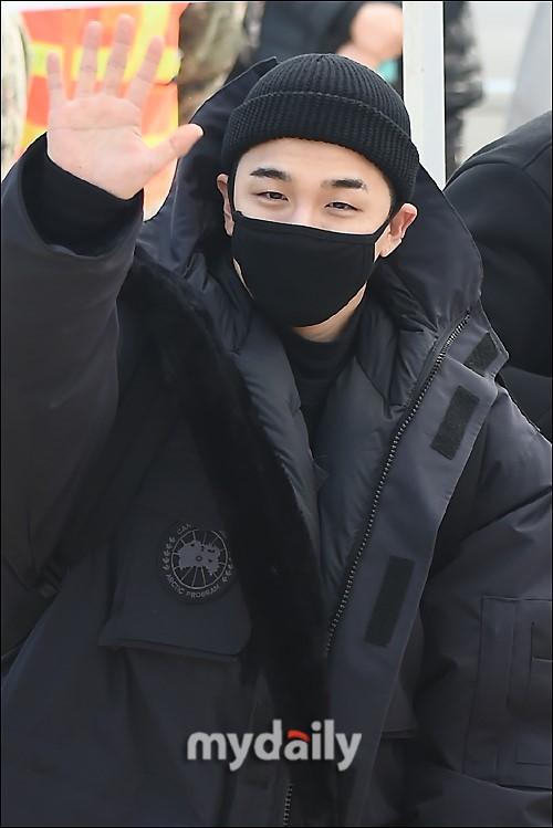 Taeyang (Big Bang) nhập ngũ, quỳ chào tạm biệt fan - Ảnh 6.