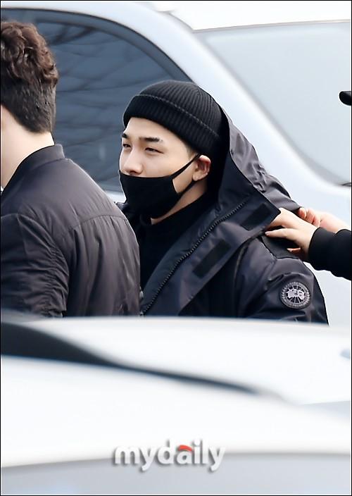 Taeyang (Big Bang) nhập ngũ, quỳ chào tạm biệt fan - Ảnh 4.