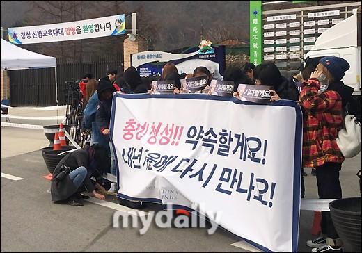 Taeyang (Big Bang) nhập ngũ, quỳ chào tạm biệt fan - Ảnh 3.