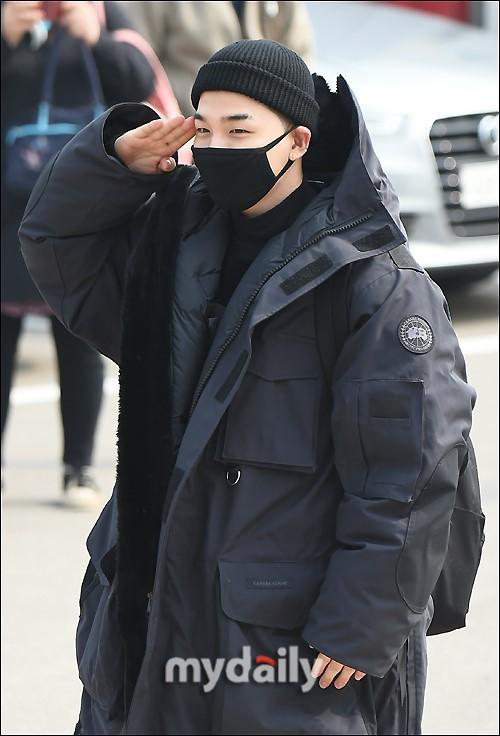 Taeyang (Big Bang) nhập ngũ, quỳ chào tạm biệt fan - Ảnh 5.