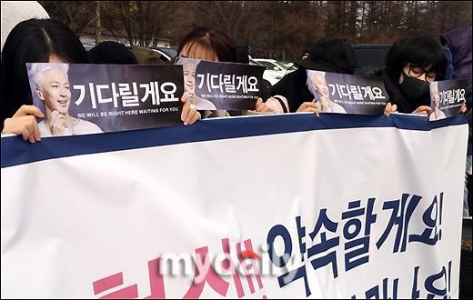 Taeyang (Big Bang) nhập ngũ, quỳ chào tạm biệt fan - Ảnh 1.