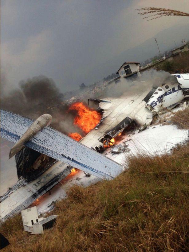 Hiện trường vụ máy bay rơi làm ít nhất 50 người đã thiệt mạng ở Nepal - Ảnh 2.