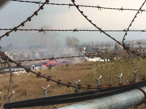 Hiện trường vụ máy bay rơi làm ít nhất 50 người đã thiệt mạng ở Nepal - Ảnh 10.