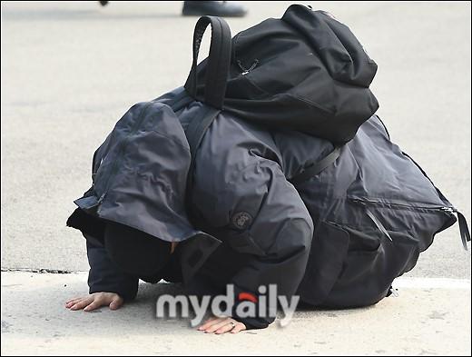 Taeyang (Big Bang) nhập ngũ, quỳ chào tạm biệt fan - Ảnh 7.