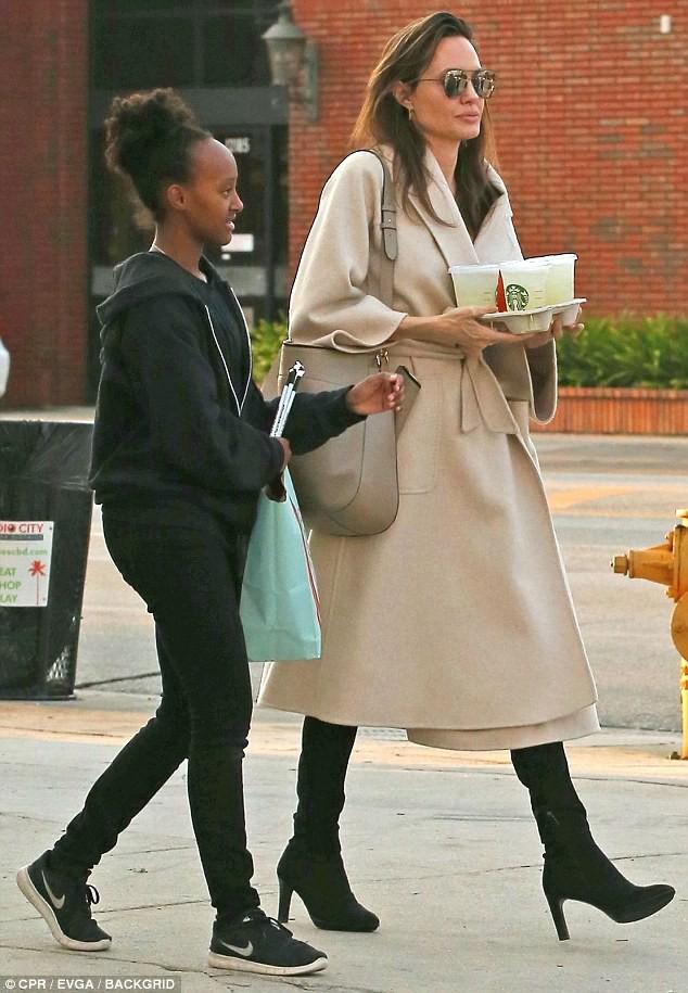 Angelina Jolie vui vẻ dạo phố với các con gái - Ảnh 1.