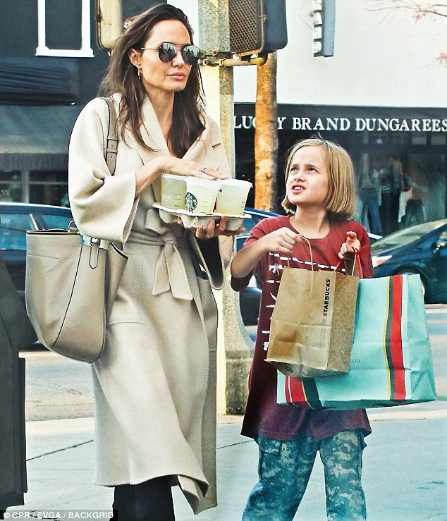 Angelina Jolie vui vẻ dạo phố với các con gái - Ảnh 2.