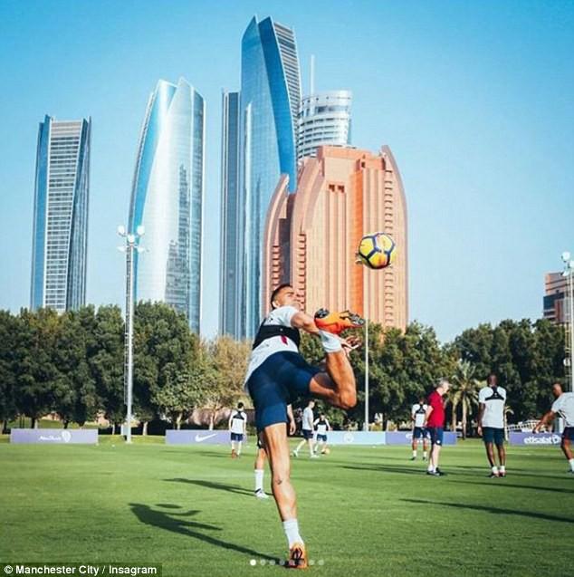 Man City hưởng nắng hè Dubai trong ngày Man Utd bại trận - Ảnh 2.