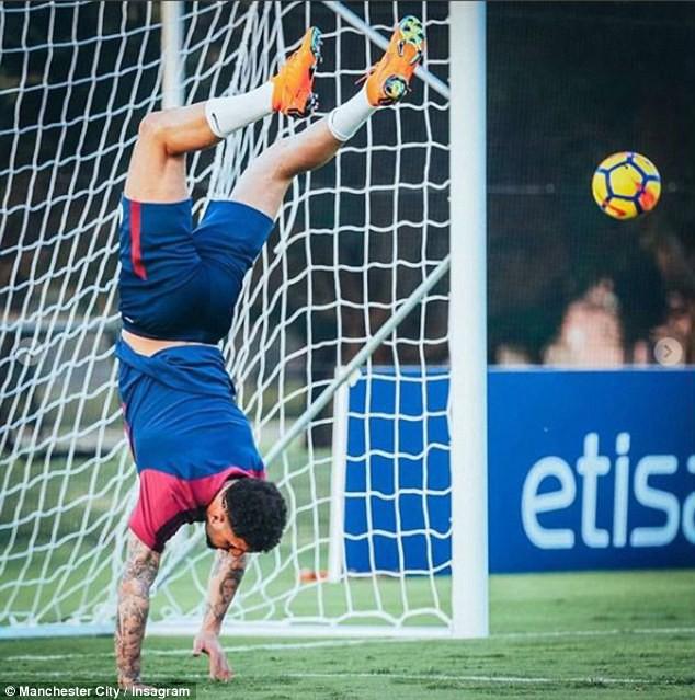 Man City hưởng nắng hè Dubai trong ngày Man Utd bại trận - Ảnh 4.