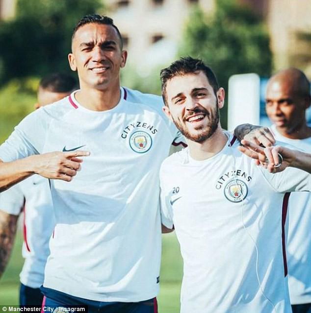 Man City hưởng nắng hè Dubai trong ngày Man Utd bại trận - Ảnh 7.