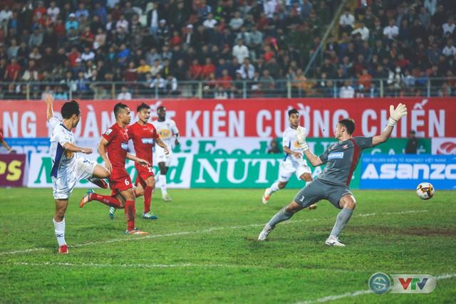 Kiến tạo cho đồng đội, thủ môn Văn Lâm, Tiến Dũng đi vào lịch sử giải VĐQG V. League - Ảnh 1.