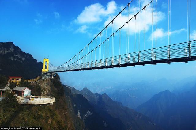 Trung Quốc mở cửa cầu đáy kính cao hơn tòa nhà 65 tầng - Ảnh 1.