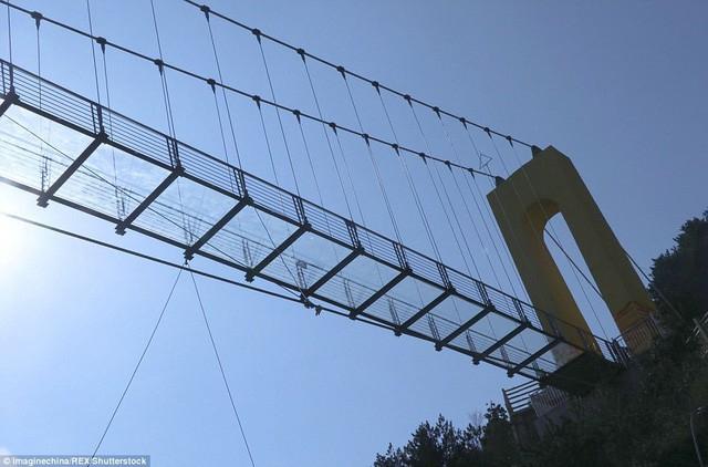 Trung Quốc mở cửa cầu đáy kính cao hơn tòa nhà 65 tầng - Ảnh 2.