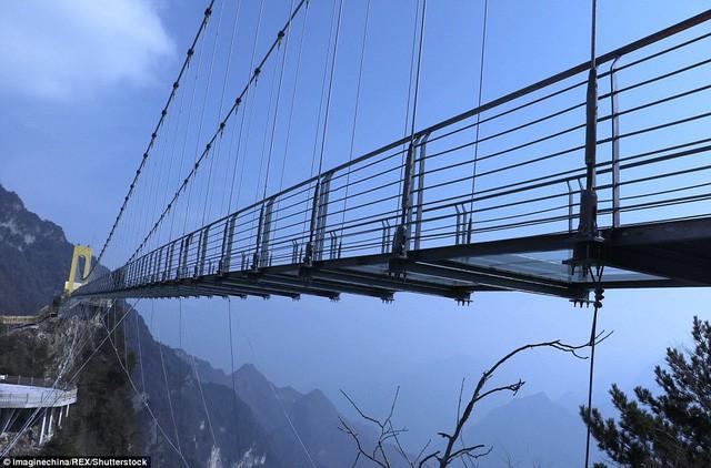 Trung Quốc mở cửa cầu đáy kính cao hơn tòa nhà 65 tầng - Ảnh 6.