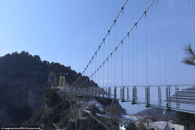 Trung Quốc mở cửa cầu đáy kính cao hơn tòa nhà 65 tầng - Ảnh 3.