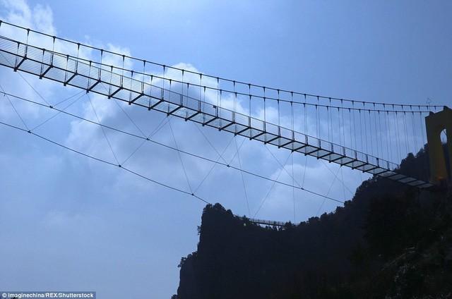 Trung Quốc mở cửa cầu đáy kính cao hơn tòa nhà 65 tầng - Ảnh 4.