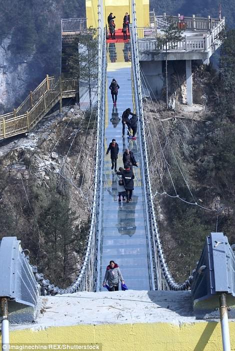 Trung Quốc mở cửa cầu đáy kính cao hơn tòa nhà 65 tầng - Ảnh 5.
