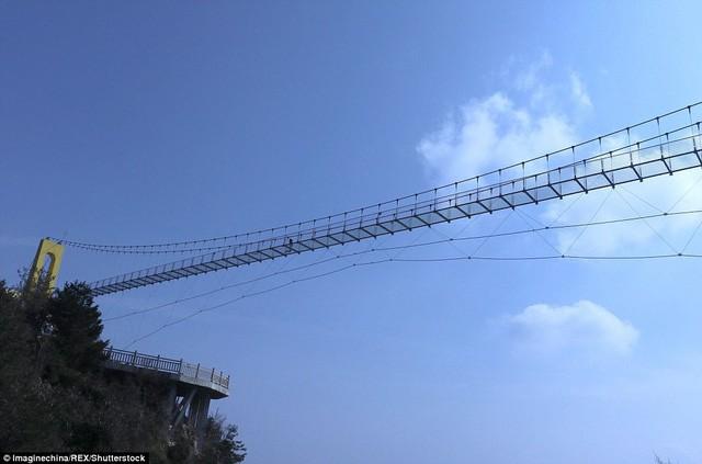 Trung Quốc mở cửa cầu đáy kính cao hơn tòa nhà 65 tầng - Ảnh 7.