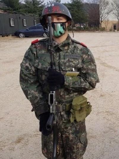 Sau G-Dragon, Tae Yang lộ ảnh ở quân đội - Ảnh 1.