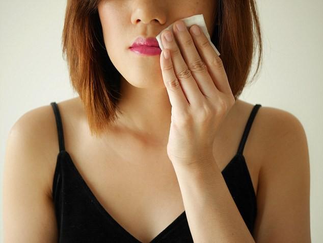 Khăn tẩy trang có thể hủy hoại làn da nếu bạn sử dụng sai cách - Ảnh 2.