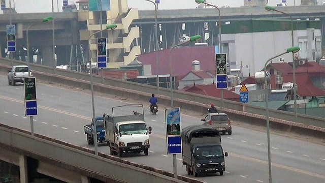 Nhiều xe máy ngang nhiên đi vào đường cấm trên cầu Thăng Long - Ảnh 1.