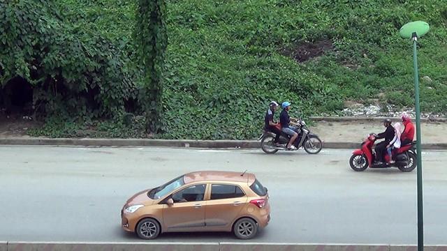 Nhiều xe máy ngang nhiên đi vào đường cấm trên cầu Thăng Long - Ảnh 3.
