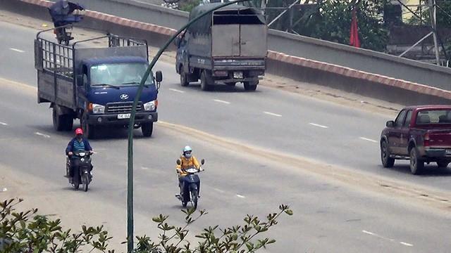 Nhiều xe máy ngang nhiên đi vào đường cấm trên cầu Thăng Long - Ảnh 2.