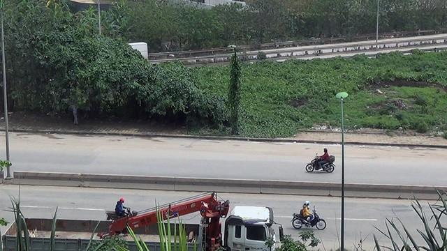 Nhiều xe máy ngang nhiên đi vào đường cấm trên cầu Thăng Long - Ảnh 5.