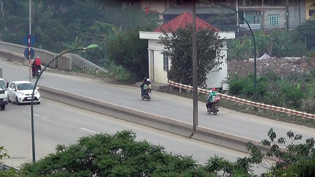 Nhiều xe máy ngang nhiên đi vào đường cấm trên cầu Thăng Long - Ảnh 4.