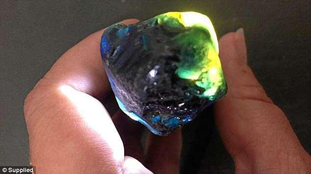 Bất ngờ nhặt được viên đá quý gần 700 triệu đồng khi đang... đi dạo - ảnh 1