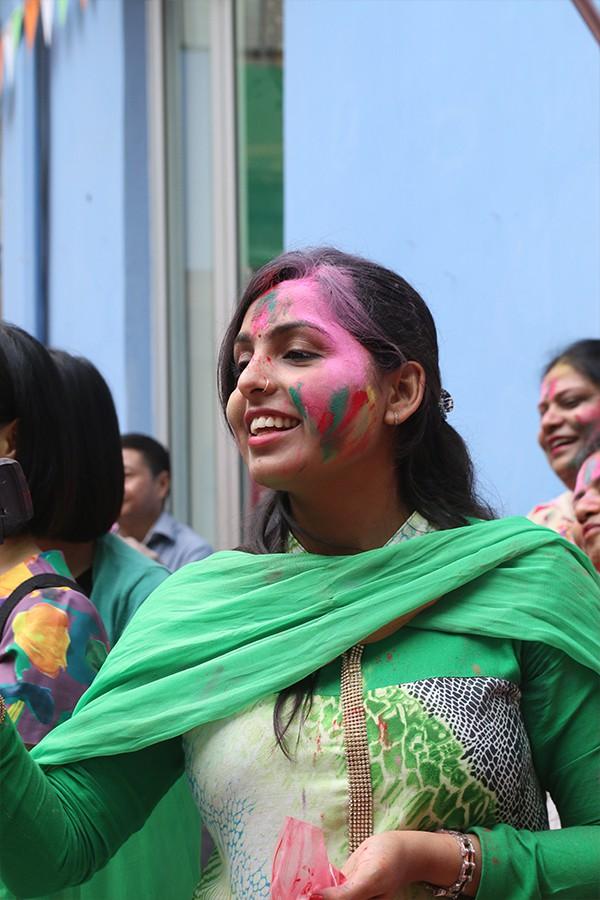 Những khoảnh khắc ấn tượng của Lễ hội sắc màu Ấn Độ 2018 tại Việt Nam - Ảnh 9.